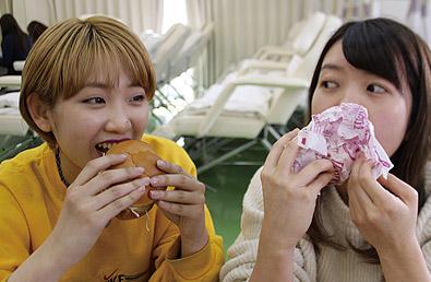 昼食は2人でハンバーガー