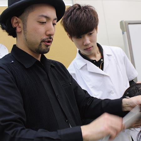 CUT BOX PANIC 店長 トップスタイリスト   五輪 拓也さんの仕事風景